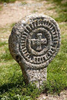 Photo tombe de Templier dans le cimetiere de La Couvertoirade - Photothèque FRANCE