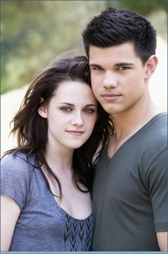 Taylor Lautner Insists: Kristen Stewart & I Are 'Jacob & Bella' - Taylor reveals in a new interview that he and real life best friend K-Stew's kidding around was c - Jacob Black Twilight, Twilight Film, Twilight Poster, Twilight Renesmee, Twilight Saga Series, Twilight Stars, Kristen Stewart Fan, Kristen Stewart Pictures, Kirsten Stewart
