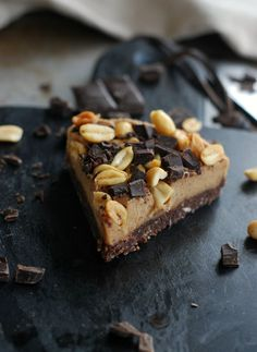Vegansk snickerskaka, no bake Dairy Free Recipes, Raw Food Recipes, Dessert Recipes, Vegan Cheesecake, Vegan Cake, Breakfast Dessert, Dessert Drinks, Vegan Baking, Healthy Baking