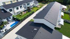 Synus - a tetőfelújítások könnyű és erős cserepe. Könnyedségével, a beton tartósságával és ellenálló képességével a legjobb választás a tetőépítéshez! Mansions, House Styles, Home Decor, Decoration Home, Manor Houses, Room Decor, Villas, Mansion, Home Interior Design