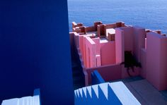 La Muralla Roja points unmistakeably to Mediterranean vernacular sources, especially the colourful casbahs of North Africa, from Tanger to Essaouira. This modern labyrinth has a precise, geometric Greek-cross plan with 5-metre-long arms grouped in various ways, featuring service towers (kitchens...