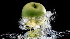Apple Water Pictures HD Wallpaper