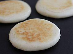 Receta básica para preparar las tradicionales y exquisitas arepas caseras. Las pueden disfrutar solas con mantequilla o rellenas con lo que deseen... Una delicia para servir en cualquier momento.