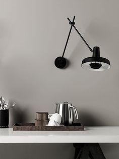 Arigato AR-W væglampe fra Grupa Products med  justerbare led. Perfekt væglampe, der kan indstilles til ethvert lysbehov.