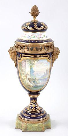 PrunkdeckelvasePorzellan/Messing, Sèvres,1846 Auf quadrat. Onyxfuß m. eingezogenen Ecken der getre