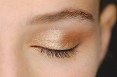 Carolina Herrera - Sheer gold shadow peppered with tiny flecks of glitter feels just right for warm summer nights. Makeup 2016, Runway Makeup, Kiss Makeup, Eye Makeup, Beauty Trends, Beauty Hacks, Beauty Make Up, Hair Beauty, Club Makeup