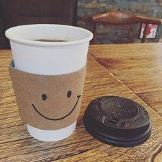 회사 앞 산타홍에서 나온 따듯한 아메리카노. 컵슬리브에 괜히 행복 #smile #coffee #cafe #아메리카노 #americano #happiness #カフェ #コーヒー#スマイル #카페 #산타홍 #santahong