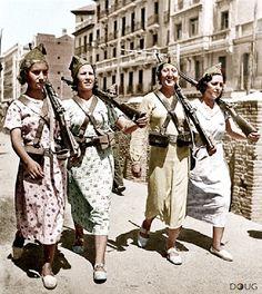 Milicianas caminando por Cuatro Caminos, Madrid, España en 1937, durante La Guerra Civil Española.                                                                                                                                                      Más