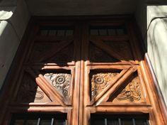 En este puerta es posible ver las rosas y otros flores para mostrar la naturaleza y sentimiento de utopía.   Carrer Mallorca