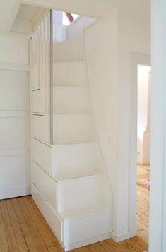 Platzsparende Treppe mit Stauraum