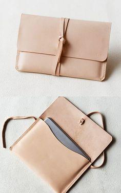 Bag | Clutch | Pink bag | Accessoiries | Inspiration | More on Fashionchick Laptop Case Macbook, New Macbook Air, Laptop Bags, Macbook Bag, Coque Macbook, Sacs Tote Bags, Clutch Bags, Top Laptops, Laptop Tote