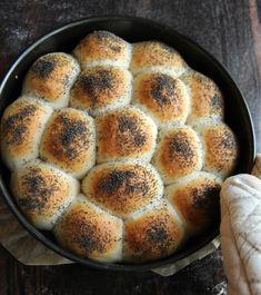Rundstykker / brytebrød tangzhong style - krem.no Buns, Banana Bread, Breads, Food And Drink, Flat, Desserts, Style, Bread Rolls, Tailgate Desserts