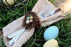 How to make the most popular Easter activities and fun crafts for kids this Spring. These pictured tutorials teach you how to make yummy Easter food, free printables, Easter treats, cakes and cupcakes. You'll have tons of fun this Easter and not lack gre… Easter Table Decorations, Easter Decor, Spring Birds, Diy Ostern, Hoppy Easter, Easter Eggs, Easter Crafts, Easter Ideas, Easter Projects