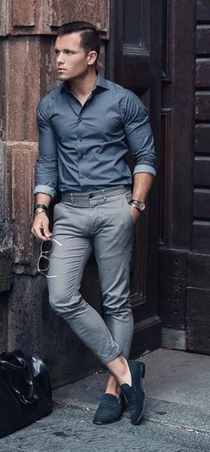 Details In A Man's Style. It doesn't matter if you're into classic formal styles, street style, or something more casual, women will focus in key details of a man's outfit. Stylish Mens Outfits, Womens Fashion Casual Summer, Mens Fashion Suits, Mens Suits, Grey Fashion, Business Casual Men, Men Casual, Ropa Semi Formal, Costume Sexy