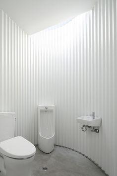 Image 9 of 12 from gallery of Isemachi Public Toilet / Kubo Tsushima Architects. Courtesy of Kubo Tsushima Architects Washroom Design, Toilet Design, Bathroom Interior Design, Kitchen Design, Corrugated Wall, T Wallpaper, Outdoor Toilet, Public Bathrooms, Curved Walls