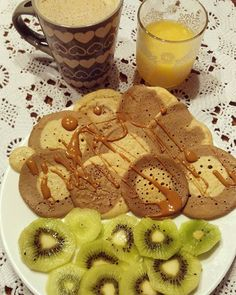 Y si, es festivo💥 pero mi reloj biológico me adora y me levanta a comer igual🙆 así que, como tenía tiempo, he aprovechado y he innovado un poco en las tortitas💃 #pancakes ⬆Son de 2 sabores ↪ harina de #avena sabor #chocolate y coco ➕ galleta #Maria 🍪🍫 las dos de @clarou_es 🔝❤ Con mantequilla de cacahuete🌰 de @mybodygenius que próximamente pedido✔ que estoy en las últimas🔜  Con un kiwi🍈 ya dije que se acabaron los higos😭  Y lo de siempre➡ café con leche de avena☕🍼 y el zumo🍋🍊❤…