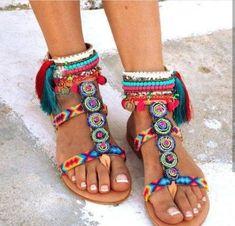ce8f887122c Οι 16 καλύτερες εικόνες του πίνακα Pom Poms   Flat sandals, Shoes ...
