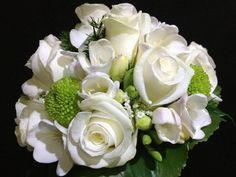 Buquê de Rosas branca e Yoko Ono verde.