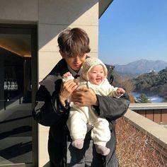 Depois de se assumirem publicamente Jimin e Jungkook se tornaram o ca… # Fanfic # amreading # books # wattpad Cute Asian Babies, Korean Babies, Asian Kids, Cute Babies, Couple Ulzzang, Ulzzang Kids, Father And Baby, Dad Baby, Cute Little Baby