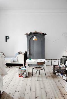 Vintage childrens room in a Danish home. Rooms Decoration, Deco Kids, Kids Room Design, Scandinavian Home, Kidsroom, Kid Spaces, Kids Furniture, Luxury Furniture, Room Interior