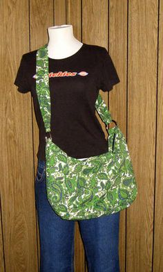Oh - I so have to teach myself to sew!!     My husband will have much less complaints about my bag addiction!    Awesome paisley dee ring bag tutorial - PURSES, BAGS, WALLETS