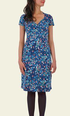 Ga voor een zomers tintje deze winter met deze mooie bloesemprint. De jurk is gemaakt van een zachte stretchstof, heeft een overslagdecolleté en een flatterende A-lijn rok. Een heerlijke jurk die door de pasvorm ook geschikt is voor zwangere dames!
