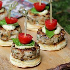 Statt der Kartoffelbrötchen würde ich Oopsies machen in klein und schwupp schönes Fingerfood fürs Fest SLow Carb Turkey Sliders for Manly Men