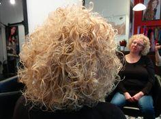 Krullen geknipt in een prachtig model bij krullenkapper Haarstudio DUET & friends te Enschede + Hengelo.