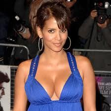 Who doesn't love Halle Berry? Halle has such natural beauty, and I know a lot of women who have used her for their inspiration when getting breast implants. Pelo Halle Berry, Halle Berry Short Hair, Leo Women, Black Women, Hair Styles 2014, Short Hair Styles, Halle Berry Hairstyles, Hally Berry, Actress Emma Stone