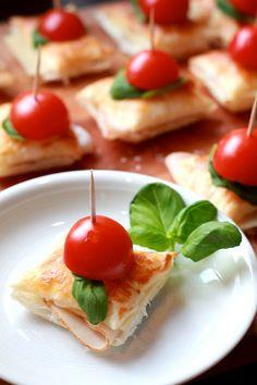 Blätterteig-Häppchen Was ihr für die Spießchen benötigt: - Blätterteig - Eier - Käse eurer Wahl - Truthahnschinken - Pesto - frisches Basilikum - Tomaten