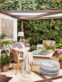 Salón de verano en terraza con pérgola