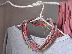 elcuadernodeideas: Collar cordón de crochet a rayas