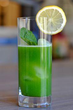 kiwi limeade// 2 lemons, 4 kiwis, 2 pear, 1 cup of spinach, 6-8 mint leaves