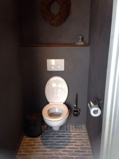 wc bewerkt Bathroom Furniture, Toilet Room, New Toilet, Toilet, Toilet Design, Rustic Bathroom, Bathroom Inspiration, Downstairs Toilet, Man Cave Bathroom