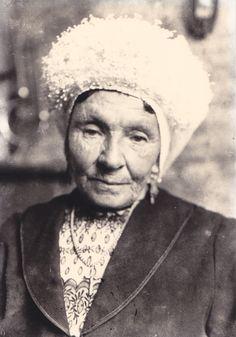 Mijn vaders tante Coatje (Catharina van de Nobelen) draagt een Kroezel of Kroon op de muts. Ze kwam uit Zevenbergen.