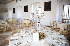 Der Marmorsaal beeindruckt mit seinem stuckierten Renaissancegewölbe und dem Marmorfußboden, der dem Saal seinen Namen verleiht.