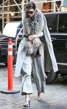 Kendall Jenner from Celebs in Coats Shying away from cameras, the model struts in a Sally LaPointe coat paired Saint Laurent pumps. Fur Fashion, Winter Fashion, Fashion Outfits, Womens Fashion, Style Fashion, High Street Fashion, Street Style, Fashion Bloggers Over 40, Quoi Porter