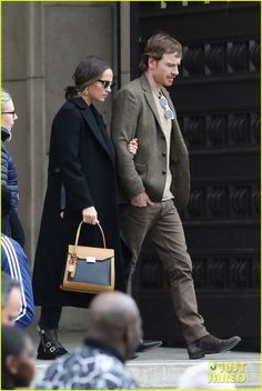 Alicia Vikander & Michael Fassbender Enjoy the Day in Paris: Photo Oscar-winning actress Alicia Vikander and her past Oscar nominee hubby Michael Fassbender are rarely seen out and about together, but they were photographed moments… Michael Fassbender And Alicia Vikander, Zendaya Style, Just Jared Jr, Love Film, Ben Barnes, Old Singers, Cool Style, My Style, The Hollywood Reporter