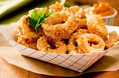 Una ricetta light per un goloso piatto di molluschi croccanti. I calamari impanati al forno sono buoni, saporiti, profumati e pronti in 40 minuti!
