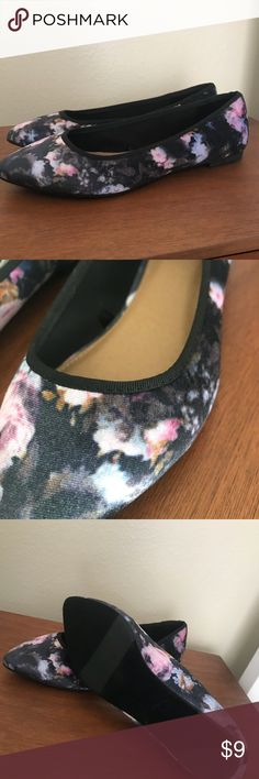Get ready to SPRING!!! Floral velvet flats NEW Report floral velvet flats  Size 7M Report Shoes Flats & Loafers