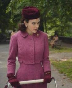 Let's learn how to match the outfit colors from the Marvelous Mrs. Maisel, then we can play the wool coat and vintage dresses amazingly. Vintage Outfits, 50s Outfits, Fashion Outfits, Fashion Styles, Women's Fashion, Timeless Fashion, Retro Fashion, Vintage Fashion, 20th Century Fashion