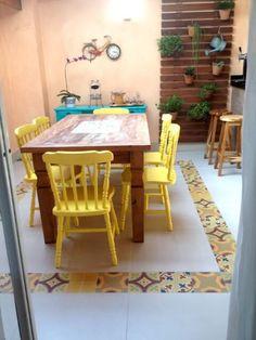 Aparador para sala de jantar azul turquesa em varanda Projeto de Kathia Pimmenta #saladeestar #salapequena #saladejantar #decoração