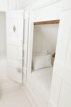Zo'n fijn wit appartement met een aparte slaapkamer, badkamer en zitkamer. In de slaapkamer slaap je in een romantisch tweepersoonsbed, maar ben je met meer, dan zijn er ook drie bedsteden beschikbaar met schattige deurtjes. Leuk voor kinderen! De deurtjes kunnen dicht en er zitten lampjes in. www.landelijklogeren.nl