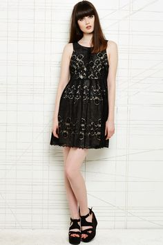 Free People - Rocco - Robe - Noir chez Urban Outfitters
