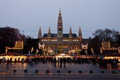 Wien, Österreich, 21. Dezember 2011 - Der Vienna City Hall (Rathaus) mit Weihnachtsmarkt. Auf dem Platz vor dem Gebäude befindet sich eine der berühmtesten Weihnachtsmarkt der Welt. Stockfoto