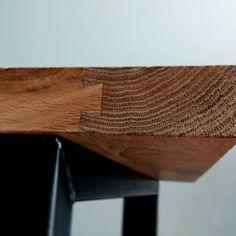 eiken tafel met schuif zwaluwstaart verbinding op zwart stalen onderstel.
