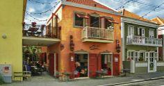Waan je in het oude Cuba: bij Mundo Bizarro kun je in Pietermaai Smal sfeervol lunchen of dineren met een Cubaans tintje. Het eten is super en de atmosfeer is hier lekker ongedwongen.
