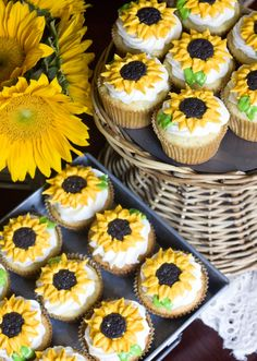 adorable sunflower cupcakes- cute for the bridal shower. Sunflower Cupcakes, Sunflower Party, Sunflower Baby Showers, Sunflower Weddings, Sunflower Family, Sunflower Flower, Cake Original, Easter Cupcakes, Spring Cupcakes