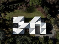 Oab and Partners - Origami House by Carlos Ferrater, available at Book Depository with free delivery worldwide. Architecture Pliage, Architecture Origami, Plans Architecture, Concept Architecture, Interior Architecture, Contemporary Architecture, Narrow Staircase, Modern Staircase, Hidden House