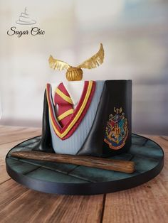 Harry Potter Uniform Cake by Sugar Chic - essen und trinken - Harry Potter Desserts, Bolo Harry Potter, Gateau Harry Potter, Harry Potter Cupcakes, Harry Potter Birthday Cake, Theme Harry Potter, Harry Potter Food, Harry Potter Uniform, Hery Potter